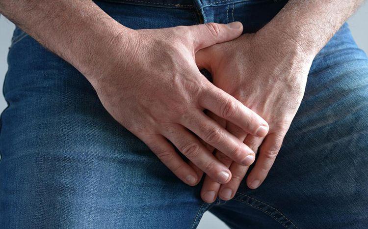 Proč si muži pořád sahají na penis?